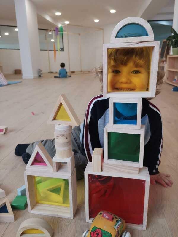 Niño jugando con bloques de madera