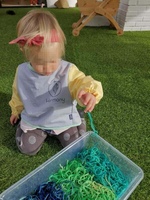 Niña jugando en colegio montessori